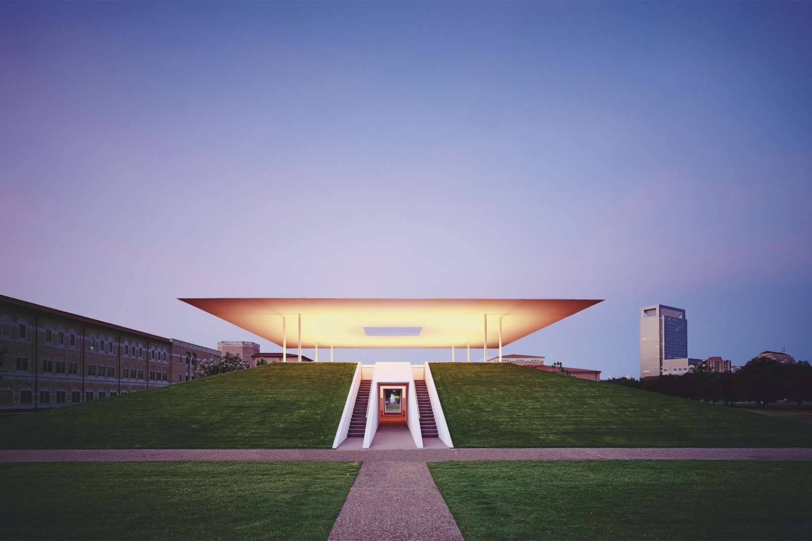 Twilight Epiphany (2012), The James Turrell Skyspace at the Suzanne Deal Booth Centennial Pavilion at Rice University. Photo: Florian Holzherr. Image courtesy Rice University.